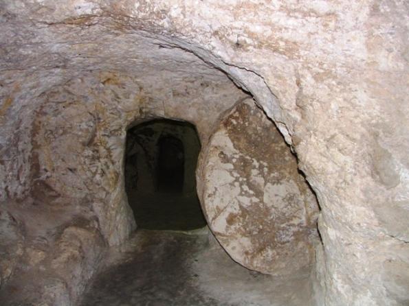 Каменная раздвижная дверь в пещерах Иордании