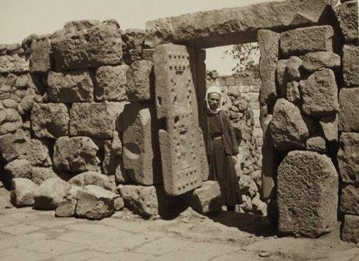 Каменные двери из каменного века